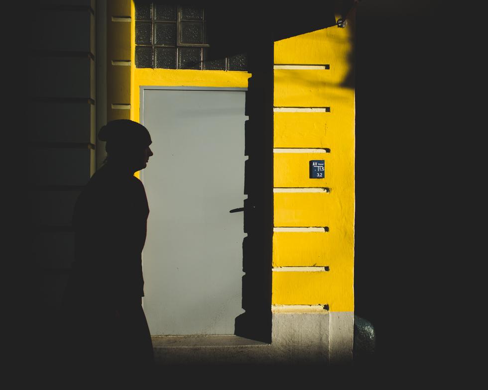 Foto mit einer Silhouette vor gelber Wand