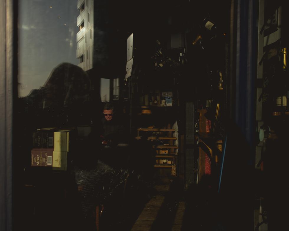 Mann hinter einer Scheibe