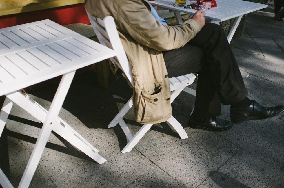 Mann sitzt an einem Tisch