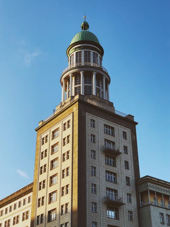 Ein Turm vor blauem Himmel.