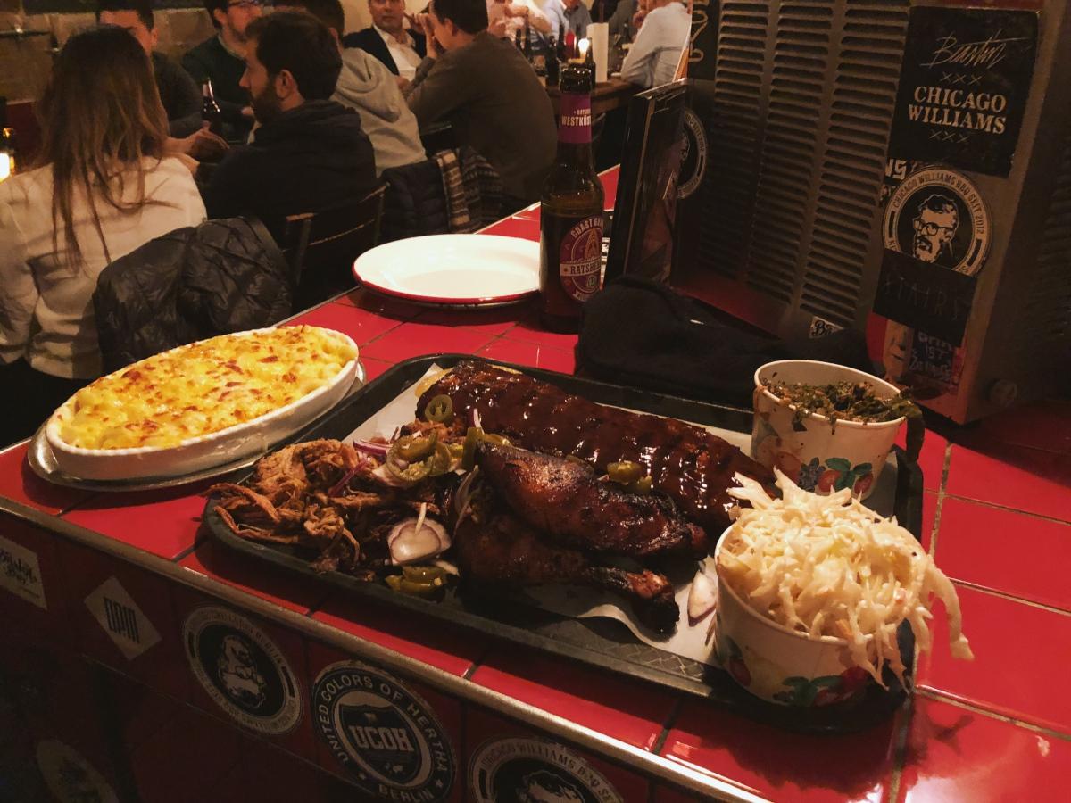 Ein Haufen Fleisch, Krautsalat und Mac' 'n' Cheese
